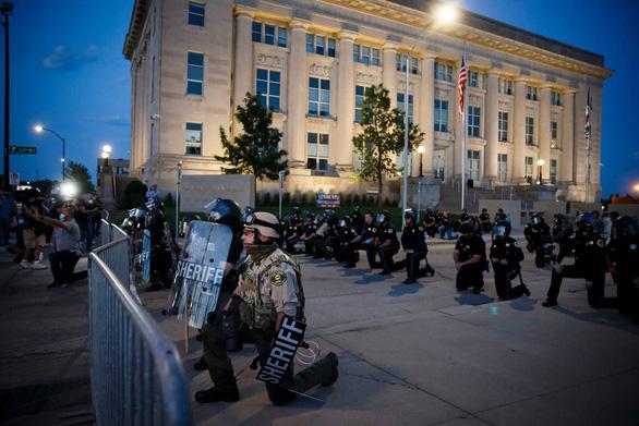 Cảnh sát Mỹ cùng quỳ gối ủng hộ người biểu tình - Ảnh 4.