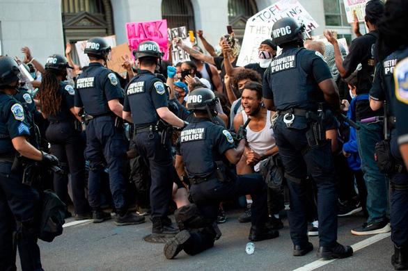 Cảnh sát Mỹ cùng quỳ gối ủng hộ người biểu tình - Ảnh 5.