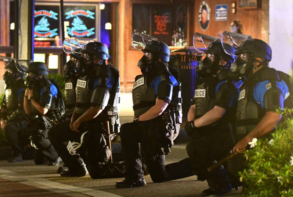 Cảnh sát Mỹ cùng quỳ gối ủng hộ người biểu tình - Ảnh 6.