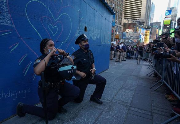 Cảnh sát Mỹ cùng quỳ gối ủng hộ người biểu tình - Ảnh 1.