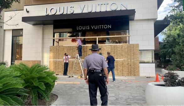 Nhiều cửa hàng ở Mỹ che kín như lô cốt vì sợ bị hôi của, phá hoại - Ảnh 1.