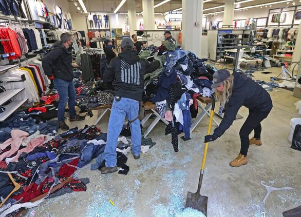 Nhiều cửa hàng ở Mỹ che kín như lô cốt vì sợ bị hôi của, phá hoại - Ảnh 3.