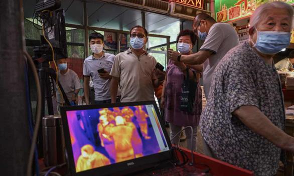 Bất an bao trùm Bắc Kinh sau khi bùng phát ổ dịch COVID-19 mới - Ảnh 2.