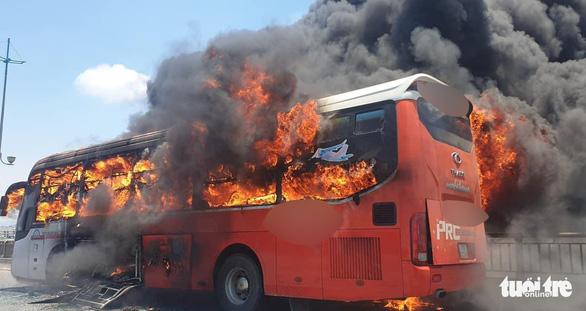 Cả xe giường nằm ngập trong lửa dữ dội giữa trưa, khách bỏ của tháo chạy - Ảnh 1.