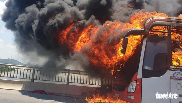 Cả xe giường nằm ngập trong lửa dữ dội giữa trưa, khách bỏ của tháo chạy - Ảnh 2.