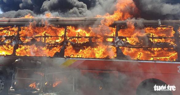 Cả xe giường nằm ngập trong lửa dữ dội giữa trưa, khách bỏ của tháo chạy - Ảnh 3.