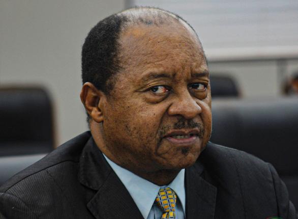 Kiếm chác từ mua thiết bị chống dịch COVID-19, Bộ trưởng Y tế Zimbabwe bị bắt - Ảnh 1.