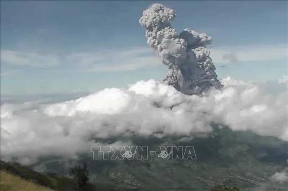 Núi lửa Indonesia phun trào 6km, cảnh báo hàng không mức cao nhất - Ảnh 1.