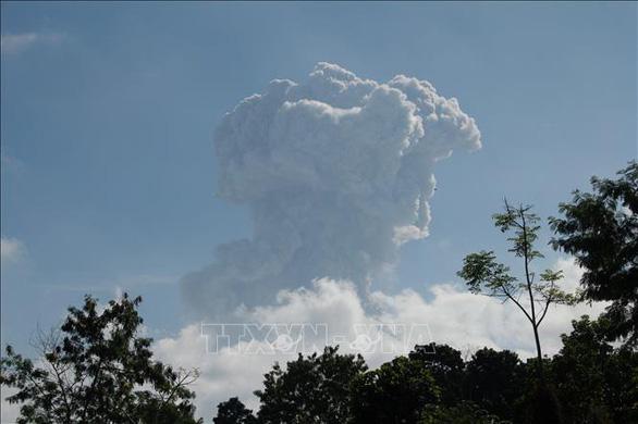 Núi lửa Indonesia phun trào 6km, cảnh báo hàng không mức cao nhất - Ảnh 2.