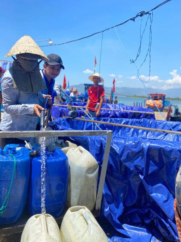 Đưa nước sạch giải khát cho người dân xã đảo - Ảnh 2.