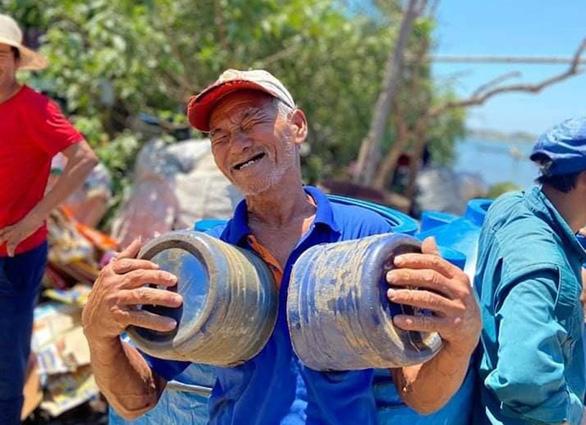 Đưa nước sạch giải khát cho người dân xã đảo - Ảnh 4.