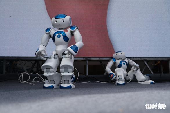 Robot thông minh, thầy đồ cùng dự Ngày hội tư vấn tuyển sinh 2020 - Ảnh 1.