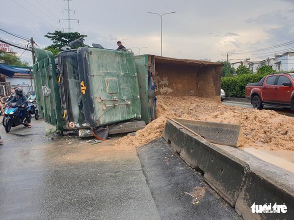 Xe ben lật đổ cát xuống đường, xe kẹt dài đằng đẵng hướng cầu vượt Quang Trung - Ảnh 2.