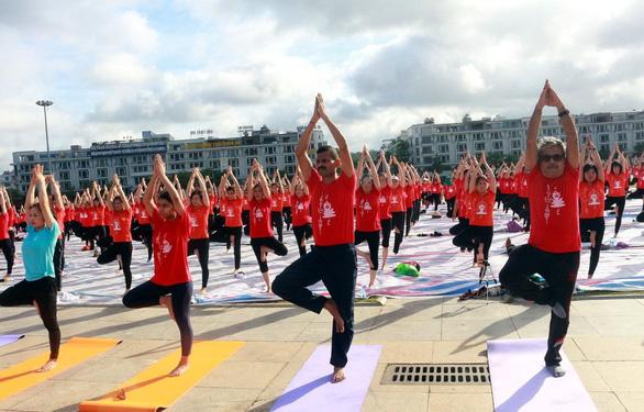 3.000 người đồng diễn Ngày quốc tế yoga lần thứ 6 - Ảnh 1.