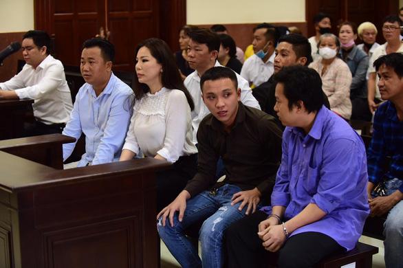 Vụ chém bác sĩ Chiêm Quốc Thái: Tòa tiếp tục đề nghị làm rõ vai trò của bà Trần Hoa Sen - Ảnh 2.