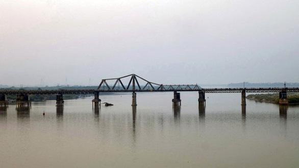 Trục vớt thành công quả bom nằm dưới sông Hồng gần cầu Long Biên - Ảnh 3.
