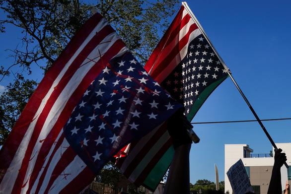 Cuối tuần đẫm máu ở nước Mỹ giữa lúc tranh cãi cắt giảm ngân sách cảnh sát - Ảnh 1.