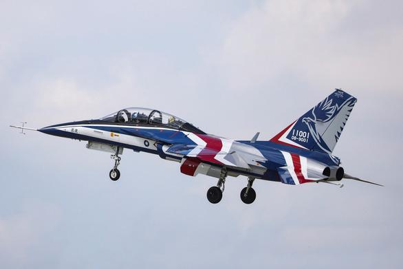 Đại bàng dũng cảm của Đài Loan cất cánh, Trung Quốc đưa máy bay tiếp cận - Ảnh 1.