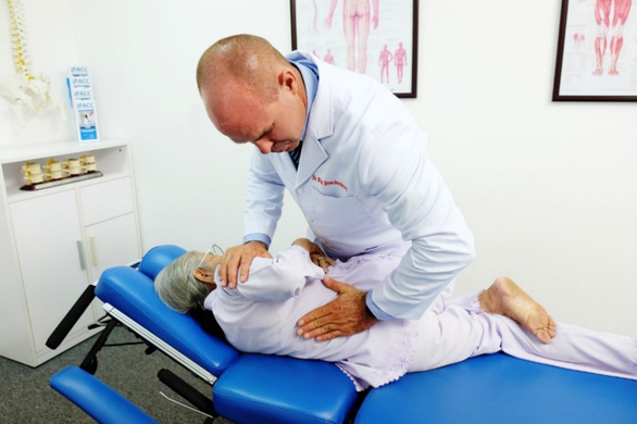 Tăng cường miễn dịch cho cha mẹ với trị liệu thần kinh cột sống - Ảnh 1.