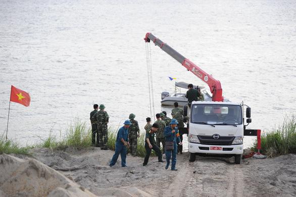 Trục vớt thành công quả bom nằm dưới sông Hồng gần cầu Long Biên - Ảnh 1.