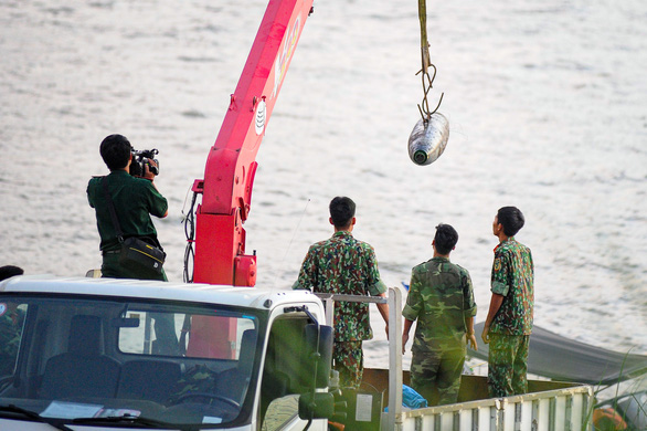 Trục vớt thành công quả bom nằm dưới sông Hồng gần cầu Long Biên - Ảnh 2.
