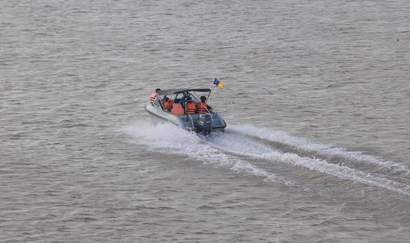 Trục vớt thành công quả bom nằm dưới sông Hồng gần cầu Long Biên - Ảnh 4.