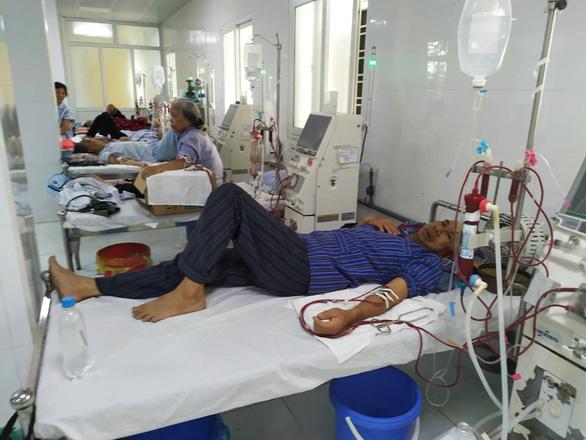 Hàng loạt y, bác sĩ xin nghỉ vì bị bệnh viện nợ lương, bệnh nhân mỏi mòn chờ - Ảnh 2.