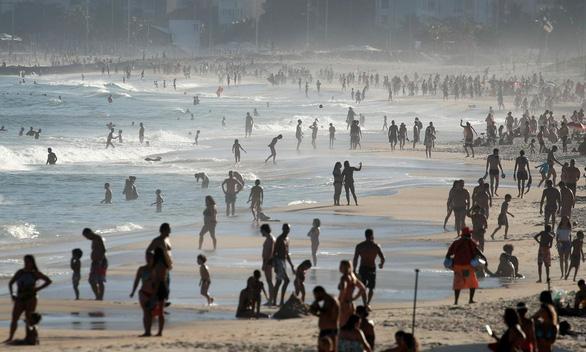Kỳ lạ khi đã hơn 1 triệu ca nhiễm COVID-19, dân Brazil vẫn tràn ngập bãi biển - Ảnh 1.