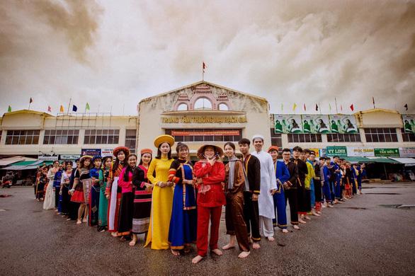 Tìm trang phục các dân tộc trên cả nước chụp bộ ảnh chia tay thời cấp III - Ảnh 1.