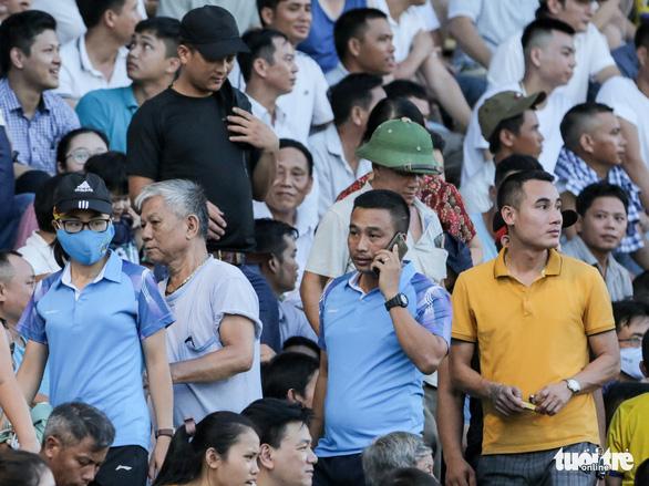 Công Phượng không ăn mừng khi ghi bàn, nhiều CĐV Nghệ An bỏ về sớm từ phút 60 - Ảnh 3.