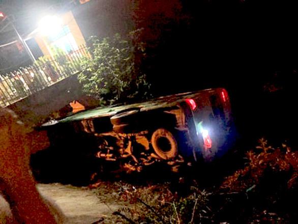 Xe khách chở học sinh đi chụp ảnh kỷ yếu ở Sầm Sơn bị lật - Ảnh 2.