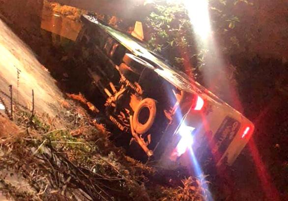 Xe khách chở học sinh đi chụp ảnh kỷ yếu ở Sầm Sơn bị lật - Ảnh 1.