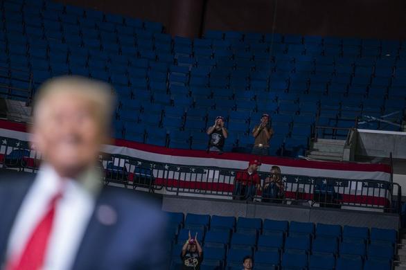 Tranh cãi về lý do buổi vận động của ông Trump ít người - Ảnh 3.