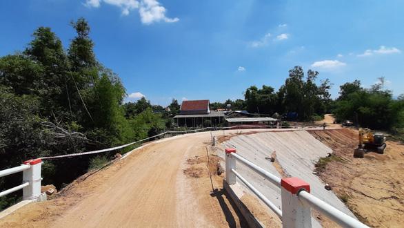 Chuyện lạ ở Bình Định: Cầu xây 10 tỉ mà dân lại sợ không dám đi - Ảnh 3.