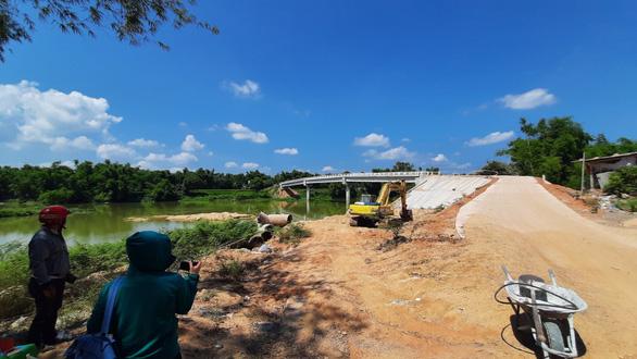Chuyện lạ ở Bình Định: Cầu xây 10 tỉ mà dân lại sợ không dám đi - Ảnh 2.