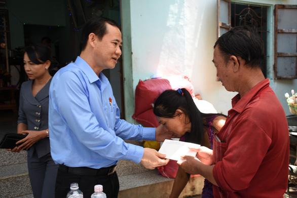 Phó trưởng Ban Nội chính trung ương thăm gia đình bé gái 13 tuổi bị sát hại - Ảnh 1.