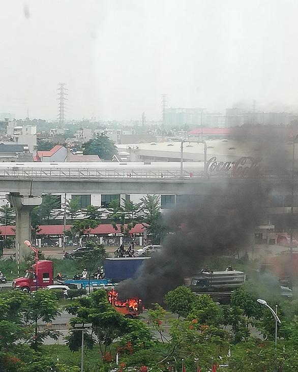 Cabin xe cháy ngùn ngụt trên xa lộ, tài xế tháo thùng container để cứu hàng - Ảnh 2.