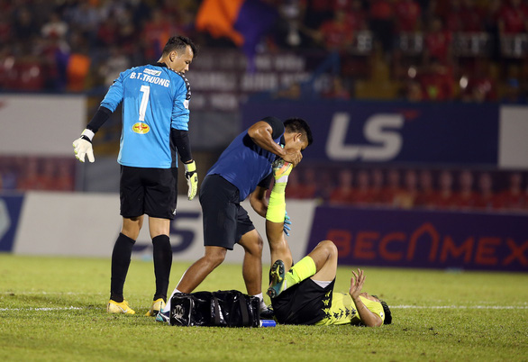 Quang Hải và cầu thủ Hà Nội phản ứng căng thẳng khi đồng đội bị khiêng cáng ném xuống sân - Ảnh 1.