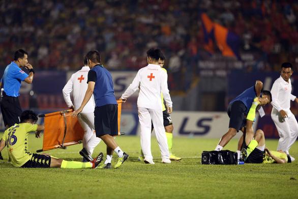 Quang Hải và cầu thủ Hà Nội phản ứng căng thẳng khi đồng đội bị khiêng cáng ném xuống sân - Ảnh 2.