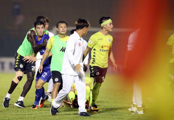 Quang Hải và cầu thủ Hà Nội phản ứng căng thẳng khi đồng đội bị khiêng cáng ném xuống sân - Ảnh 3.