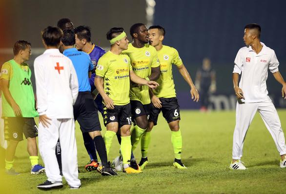 Quang Hải và cầu thủ Hà Nội phản ứng căng thẳng khi đồng đội bị khiêng cáng ném xuống sân - Ảnh 4.