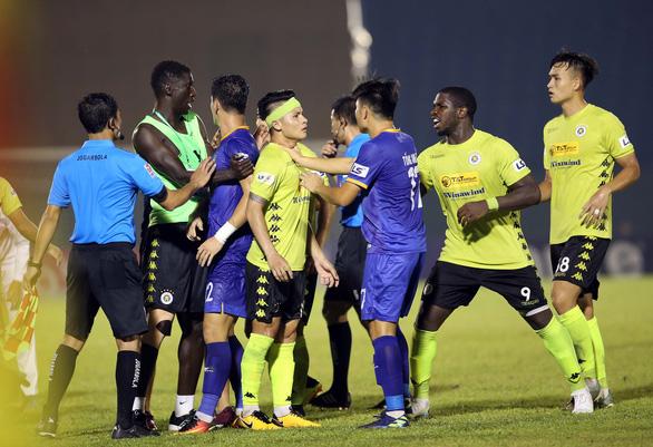 Quang Hải và cầu thủ Hà Nội phản ứng căng thẳng khi đồng đội bị khiêng cáng ném xuống sân - Ảnh 5.