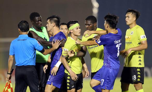 Quang Hải và cầu thủ Hà Nội phản ứng căng thẳng khi đồng đội bị khiêng cáng ném xuống sân - Ảnh 6.