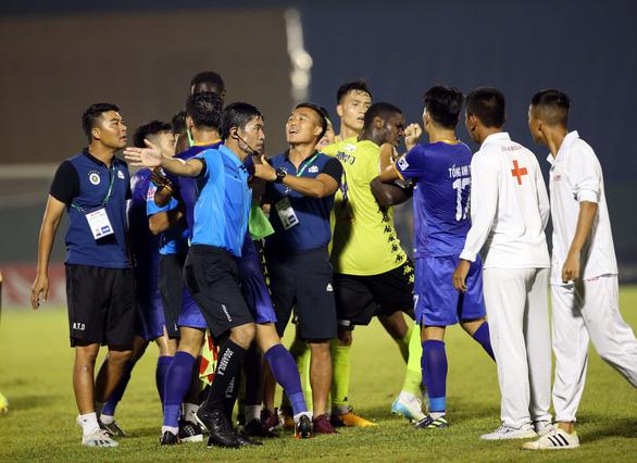 Quang Hải và cầu thủ Hà Nội phản ứng căng thẳng khi đồng đội bị khiêng cáng ném xuống sân - Ảnh 7.