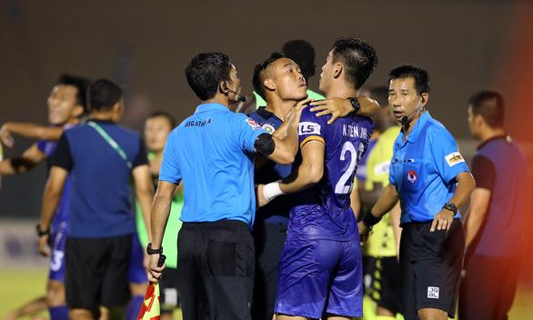Quang Hải và cầu thủ Hà Nội phản ứng căng thẳng khi đồng đội bị khiêng cáng ném xuống sân - Ảnh 8.