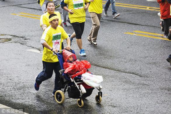 Bức thư đẫm lệ của người cha 5 năm đẩy con trai bại não dự 40 giải marathon để tìm điều kỳ diệu - Ảnh 1.