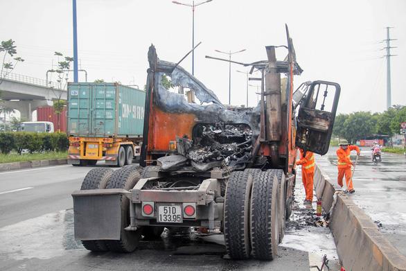 Cabin xe cháy ngùn ngụt trên xa lộ, tài xế tháo thùng container để cứu hàng - Ảnh 4.