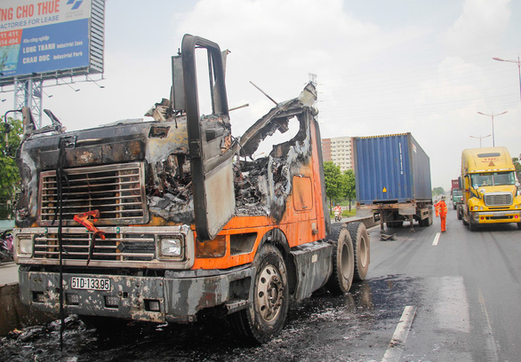 Cabin xe cháy ngùn ngụt trên xa lộ, tài xế tháo thùng container để cứu hàng - Ảnh 3.