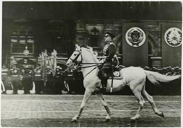 Cuộc duyệt binh huyền thoại 75 năm trước trong mưa dầm - Ảnh 2.