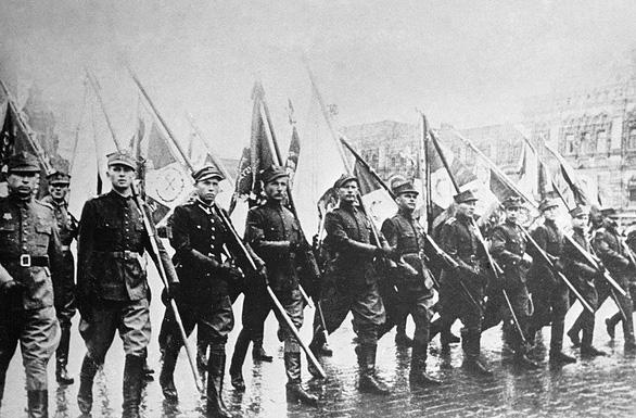 Cuộc duyệt binh huyền thoại 75 năm trước trong mưa dầm - Ảnh 9.